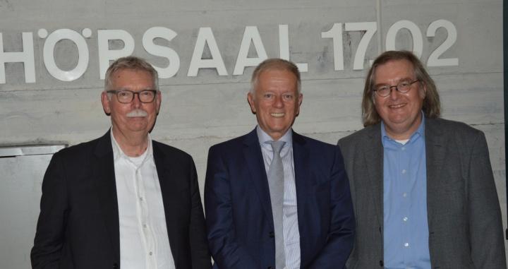 Prof. Franz Pesch (links) hat das Symposium Campus 2030 ins Leben gerufen, bei dem auch Oberbürgermeister Fritz Kuhn (Mitte) und Baubürgermeister Peter Pätzold mit diskutierten.  (c) Roeder