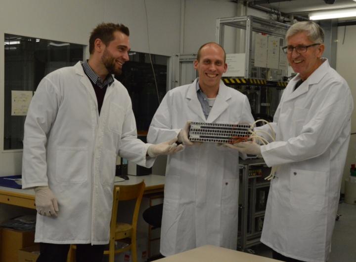 Heinz Hartstein (rechts) von Airbus nimmt den Photobioreaktor von Jochen Keppler (Mitte) und Harald Helisch (links) entgegen.  (c) Roeder