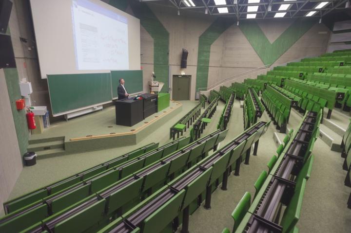 Prof. Hufendiek im leeren Hörsaal bei einer Vorlesungsaufzeichnung in Corona-Zeiten