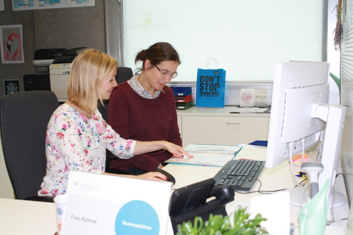 Von dem Erfahrungsaustausch profitieren Gast und Gastgeberin. Durch die Gespräche mit Carla Hartl (rechts) bekommt auch Elke Kühnle Einblicke in die Arbeitsabläufe an einer anderen Hochschule und die jeweiligen Hintergründe dafür.