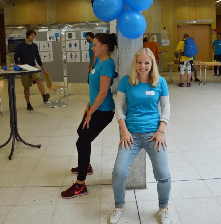 Pauline Vogel (links) und Johanna Lönhoff zeigen Übungen für die neue Kraftpause. (c) Roeder