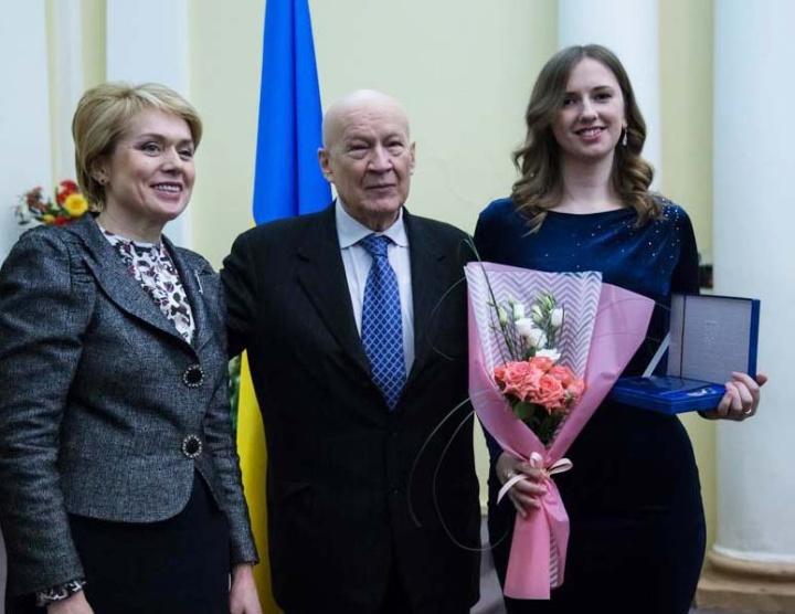 Die Mathematikerin Dr. Victoria Grushkovskaya (rechts) erhielt ihr Zertifikat und ihre Ehrenplakette aus den Händen von Bildungs- und Wissenschaftsministerin Liliia Hrynevych (links). Mitte: Vice-Präsident der NAS Volodymyr Gorbulin.  (c) QHA
