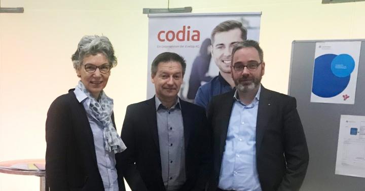 CIO Dr. Simone Rehm und Kanzler Jan Gerken mit einem Vertreter der Firma codia (Mitte).