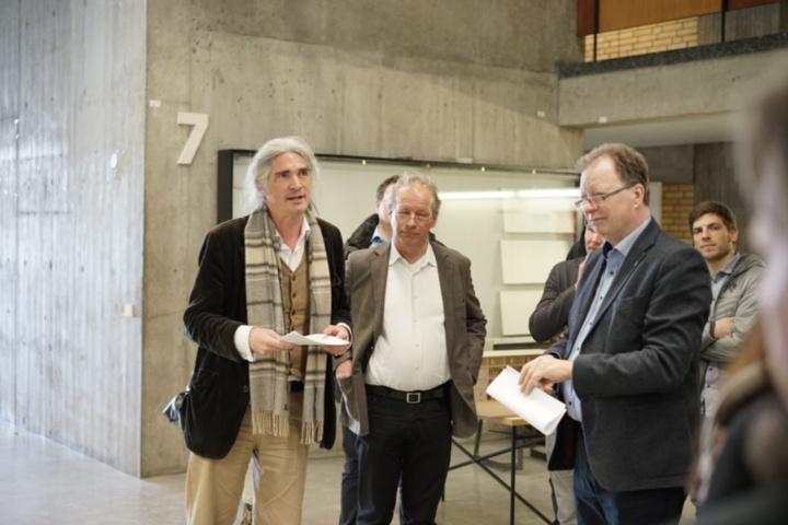 Uni-Rektor Prof. Wolfram Ressel (rechts) betrachtet gemeinsam mit dem Dekan der Fakultät, Prof. Klaus Jan Philipp (Mitte) und dem Institutsleiter Prof. Alexander Schwarz die Entwürfe. (c) Institut für öffentliche Bauten und Entwerfen
