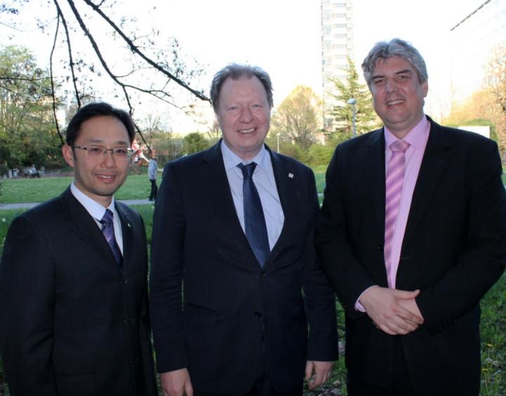 Uni-Rektor Prof. Wolfram Ressel mit Prof. Leo Cheng (links) und Prof. Oliver Röhrle (rechts).  (c)