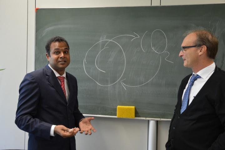 Prof. Jaya Narayana Sahu aus Indien forscht gemeinsam mit seinem Gastgeber Prof. Elias Klemm am  Mikrowellen-Pyrolyse-Verfahren. (c) Roeder