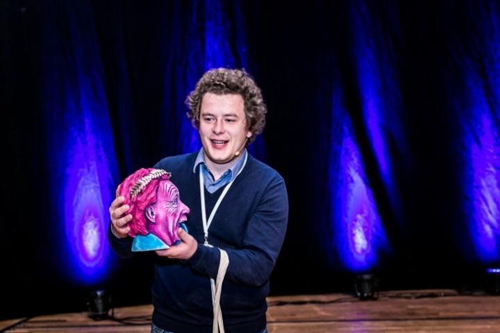 Überzeugender Auftritt: Martin Werz mit dem Siegerpokal, einem kolorierten Einstein-Kopf. (c) Schuck