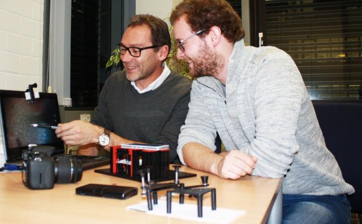 Prof. Alois Herkommer (links) und Carsten Reichert haben verschiedene Prototypen entwickelt und getestet, um Smartphones als Mikroskop zu nutzen. (c)