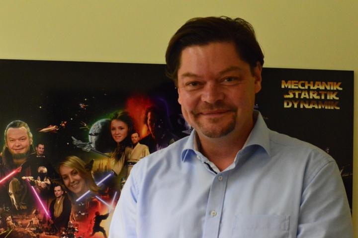 Die ehemaligen Kollegen von Prof. Tim Ricken schenkten ein Poster, das ihn zusammen mit den Kollegen als Akteure in Star Wars zeigt. (c) Roeder
