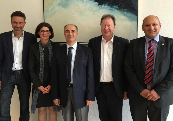 Handing over the scholarship certificates in September 2017: Prof. Stefan Tenbohlen, Maja Heidenreich, Prof. Tankut Yalcinöz, Rektor Prof. Wolfram Ressel und  Prof. Krzysztof Rudion (v.l.n.r.). (c)