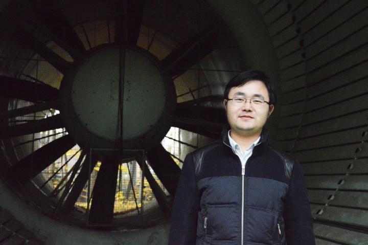Der Humboldt-Stipendiat Dr. Zhenlong Wu aus China untersucht das aerodynamische und aeroelastische Verhalten eines Flugzeugtragflügels unter dem Einfluss böiger Zuströmung. (c) Roeder