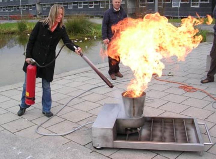 Person übt das Löschen mithilfe des FireTrainers