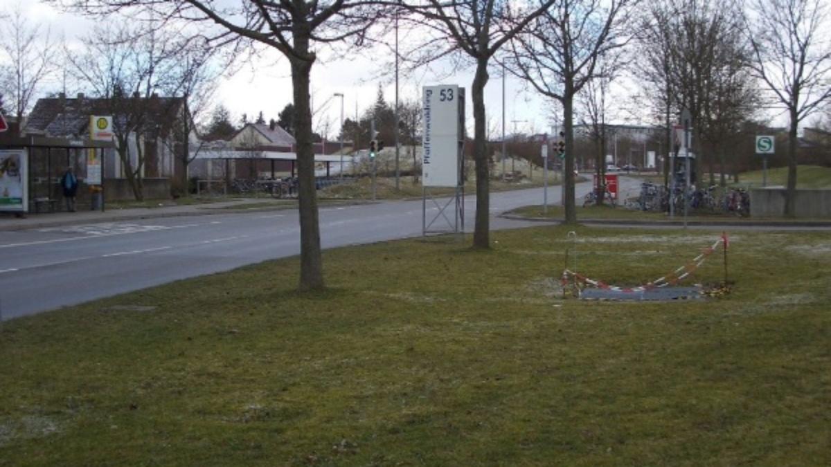 Einfahrt zum Pfaffenwaldring 53 von der Universitätstraße aus Die Zufahrt zu uns von der Universitätsstraße her ist zwischen den beiden Bushaltestellen und dem Zugang zur S-Bahnstation. Von der B14 kommend ist die Zufahrt zu uns auf der Universitätsstraße unmittelbar vor der Fußgängerampel. (c)