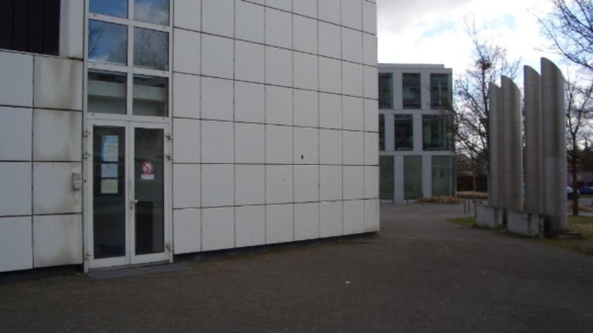 Eingang des Gebäudes Hier ist der Zugang ins Gebäude. Um eingelassen zu werden, müssen Sie links neben der Türe bei Multimedia läuten. Wir öffnen dann die Türe mittels einer manuellen Fernbedienung. (c)