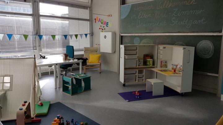 Das Eltern-Kind-Zimmer enthält viele Spielsachen für Kinder und einen Schreibtisch zum Arbeiten für die Eltern.