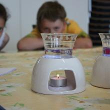 Kinder führen einen Versuch im Rahmen der Forschungsferien durch