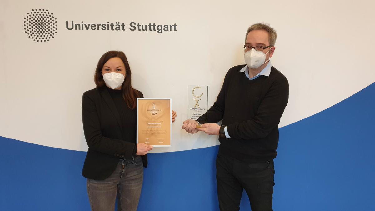 Pauline Vogel und Kanzler Jan Gerken mit dem Corporate Health Award 2020