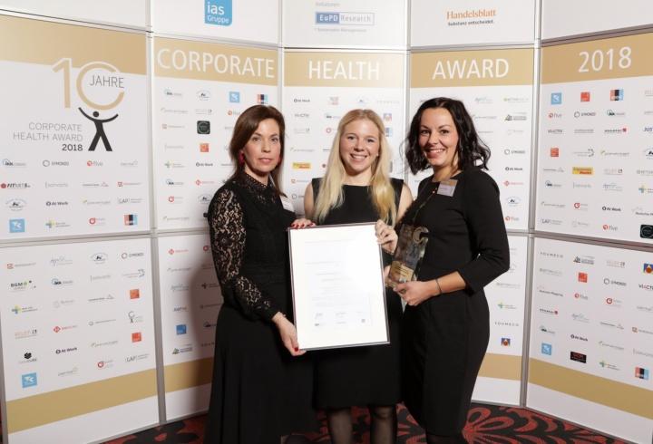 Corporate Health Award 2018: Nadine-Aimée Bauer, Johanna Lönhoff und Pauline Vogel (v.l.n.r.) nehmen in Bonn die Auszeichnung entgegen.  (c)